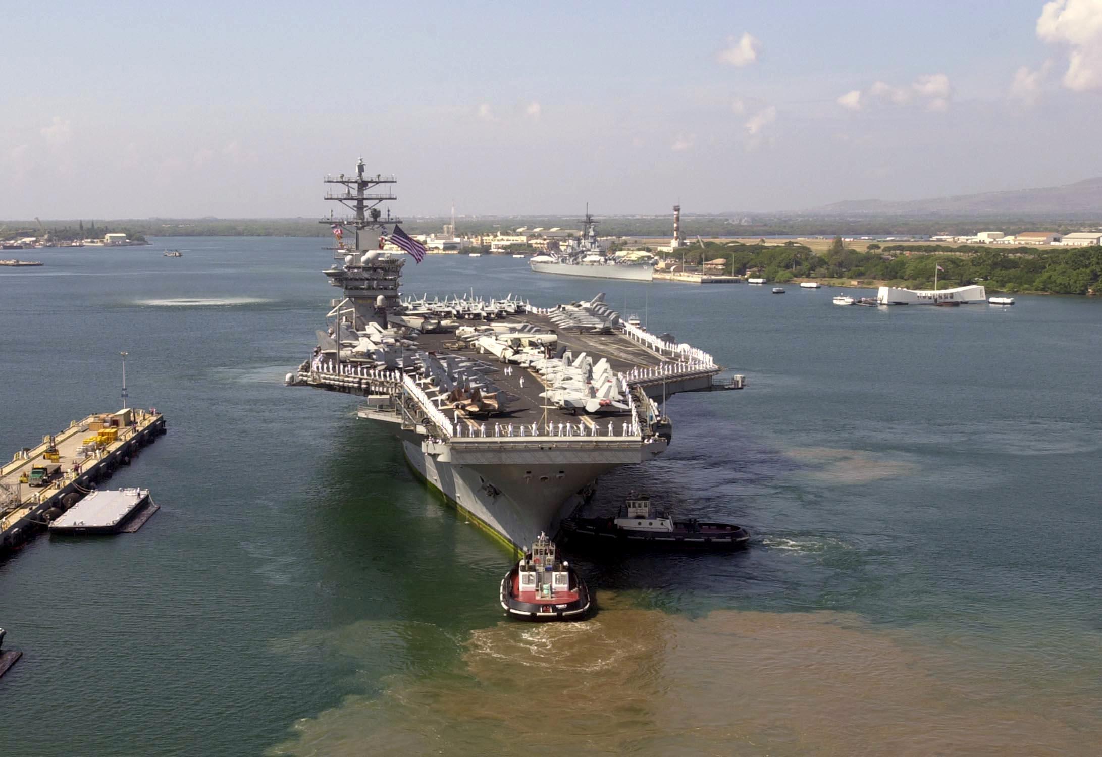 항공모함, 잠수함의 접안을 위한 도선작업