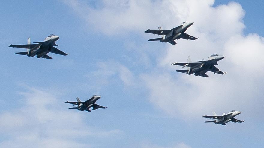 미 7함대 상공을 비행하는 Su-30 전투기, 미 해군과 ...